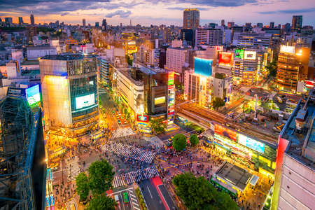 Photo pour Shibuya Crossing from top view at twilight in Tokyo, Japan - image libre de droit