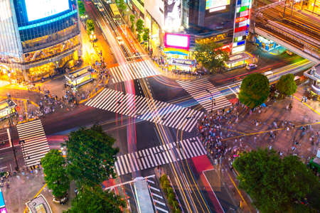 Foto de Shibuya Crossing from top view at twilight in Tokyo, Japan - Imagen libre de derechos
