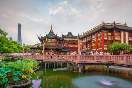 Photo pour Shanghai, China view at the traditional Yuyuan Garden District at twilight - image libre de droit