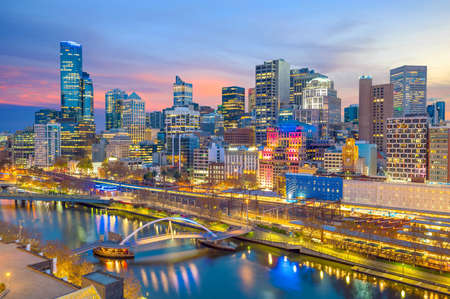 Foto de Melbourne city skyline at twilight in Australia - Imagen libre de derechos