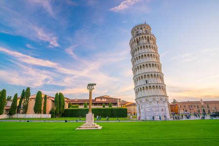 Foto de The Leaning Tower in a sunny day in Pisa, Italy. - Imagen libre de derechos