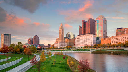 Foto de View of downtown Columbus Ohio Skyline at twilight - Imagen libre de derechos
