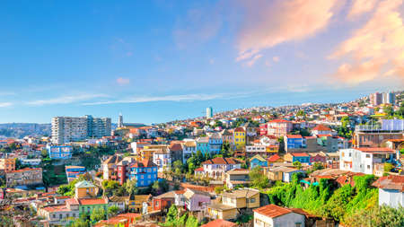Foto de Colorful buildings of the  city of Valparaiso, Chile - Imagen libre de derechos