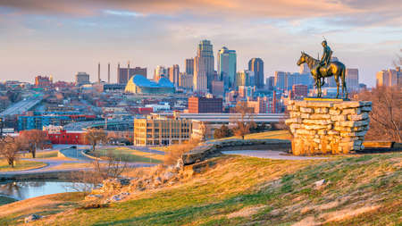 Foto de The Scout overlooking downtown Kansas City. The Scout is a famous statue(108 years old statue). It was conceived by Dallin in 1910  - Imagen libre de derechos