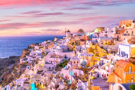 Foto de Great twilight view of Santorini island. Sunset on the famous Oia city, Greece, Europe - Imagen libre de derechos