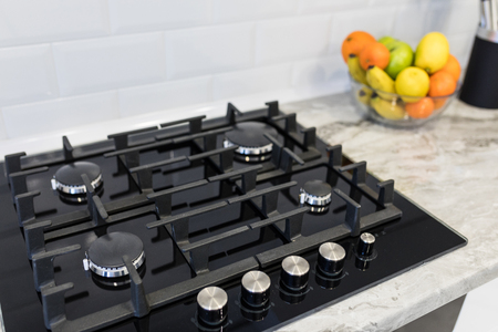 Photo pour Modern stylish kitchen gas stove. Kitchen accesories. - image libre de droit