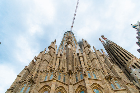 Foto de BARCELONA, SPAIN - April 2019: Sagrada Familia on April 9, 2018 in Barcelona Spain - Imagen libre de derechos