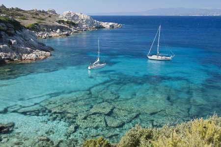 Foto de The wonderful colors of the sea in cala spinosa, a bay of Capo Testa, in Gallura - Imagen libre de derechos
