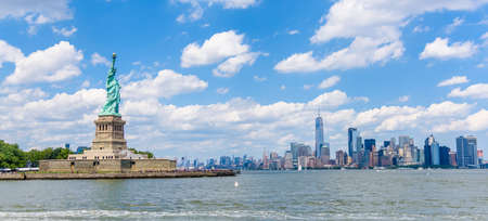 Foto de View of the skyline of Lower Manhattan from the Upper Bay - Imagen libre de derechos