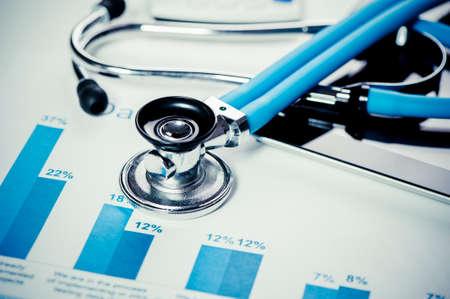 Foto de Stethoscope and financial charts - Imagen libre de derechos