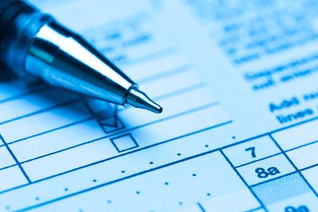 Photo pour US tax form with pen - image libre de droit
