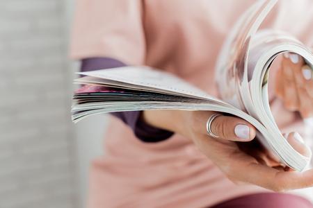 Foto de woman reading a magazine - Imagen libre de derechos