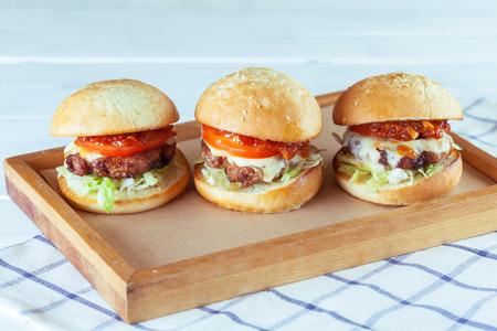 Photo pour Juicy beef burgers - image libre de droit