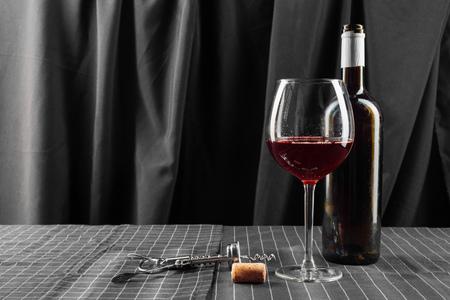 Foto de bottles and glasses of wine - Imagen libre de derechos