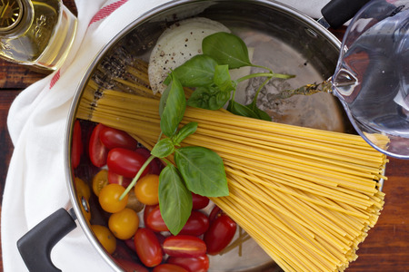 Photo pour Making one pot pasta in progress - image libre de droit