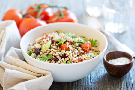 Photo pour Quinoa salad with fresh tomatoes, cucumbers and salad leaves - image libre de droit