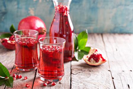 Photo pour Pomegranate drink with sparkling water fall cold beverage - image libre de droit