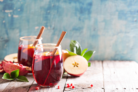 Photo pour Fall and winter sangria with apples, oranges, pomegranate and cinnamon - image libre de droit