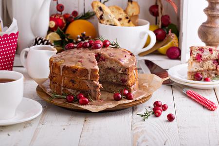 Photo pour Orange and cranberry christmas cake with cinnamon glaze - image libre de droit