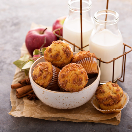Photo pour Apple cinnamon streusel muffins with milk bottles - image libre de droit
