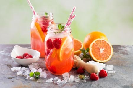 Photo pour Pink berry lemonade or cocktail - image libre de droit