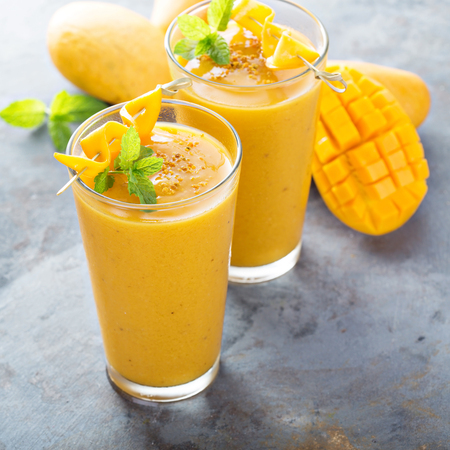 Foto de Refreshing and healthy mango smoothie in tall glasses - Imagen libre de derechos