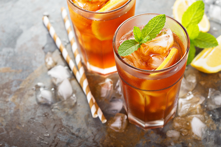 Photo pour Traditional iced tea with lemon - image libre de droit