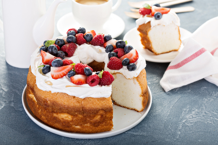 Photo pour Angel food cake with whipped cream and berries - image libre de droit