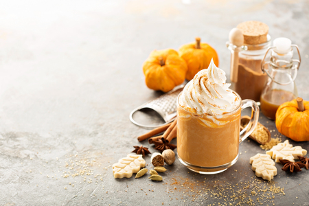 Photo pour Pumpkin spice latte in a glass mug - image libre de droit