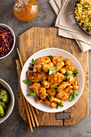 Photo pour Spicy sweet and sour chicken with rice and cabbage - image libre de droit