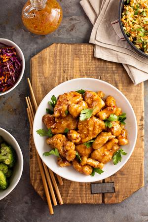 Foto de Spicy sweet and sour chicken with rice and cabbage - Imagen libre de derechos