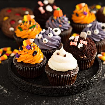Photo pour Festive Halloween cupcakes and treats - image libre de droit