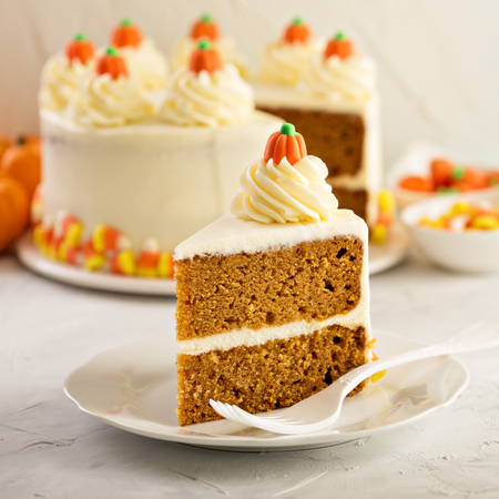 Photo pour Pumpkin spice layered cake with cream cheese frosting - image libre de droit