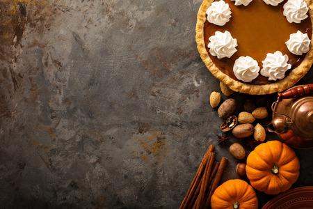 Foto de Pumpkin pie with whipped cream - Imagen libre de derechos