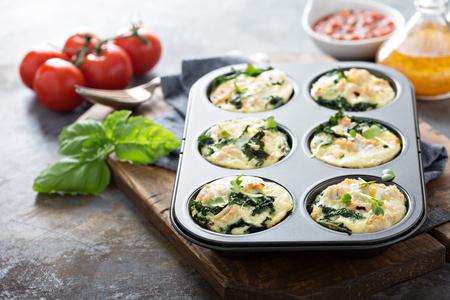 Foto de High protein egg muffins with kale and ground turkey in a muffin tin - Imagen libre de derechos