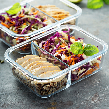 Photo pour Healthy meal prep containers with quinoa and chicken - image libre de droit