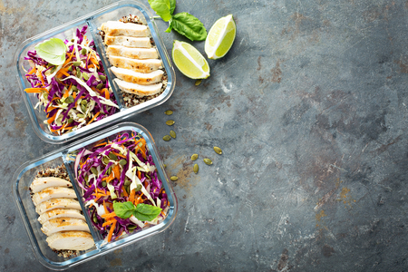 Foto de Healthy meal prep containers with quinoa and chicken - Imagen libre de derechos