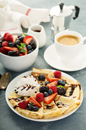 Foto de Thin crepes with whipped cream and berries - Imagen libre de derechos