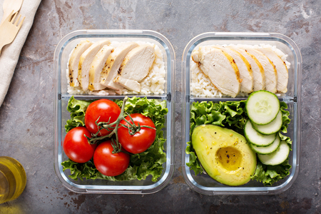 Foto de Healthy meal prep containers with chicken and rice - Imagen libre de derechos