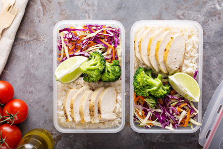 Photo pour Healthy meal prep containers with chicken and rice - image libre de droit