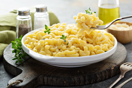 Photo pour Macaroni and cheese on a white plate - image libre de droit