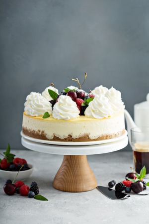 Foto de Classic New York cheesecake decorated with whipped cream - Imagen libre de derechos
