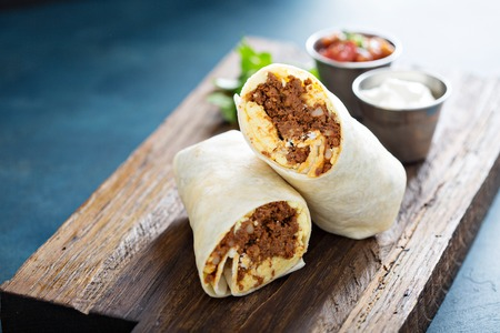 Photo pour Breakfast burrito with chorizo and egg - image libre de droit