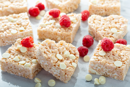 Photo pour Heart and square shaped rice crispy treats - image libre de droit