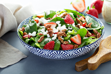 Photo pour Fresh strawberries and goat cheese salad - image libre de droit