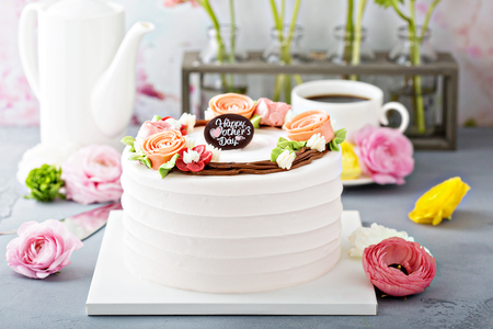 Photo pour Mothers day cake with flowers - image libre de droit