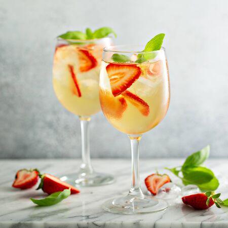 Foto de Summer white sangria with strawberries - Imagen libre de derechos
