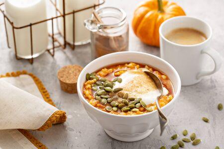 Foto de Pumpkin oatmeal with yogurt and pumpkin seeds - Imagen libre de derechos