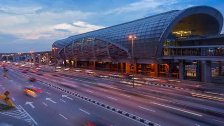Photo pour Traffic at LRT Station at Puchong, Kuala Lumpur, Malaysia - image libre de droit