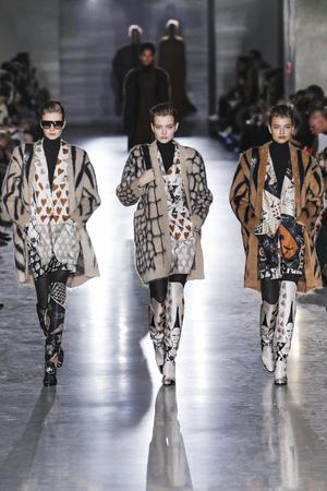 Foto de MILAN, ITALY - FEBRUARY 21: Models walk the runway at the Max Mara show at Milan Fashion Week Autumn/Winter 2019/20 on February 21, 2019 in Milan, Italy. - Imagen libre de derechos